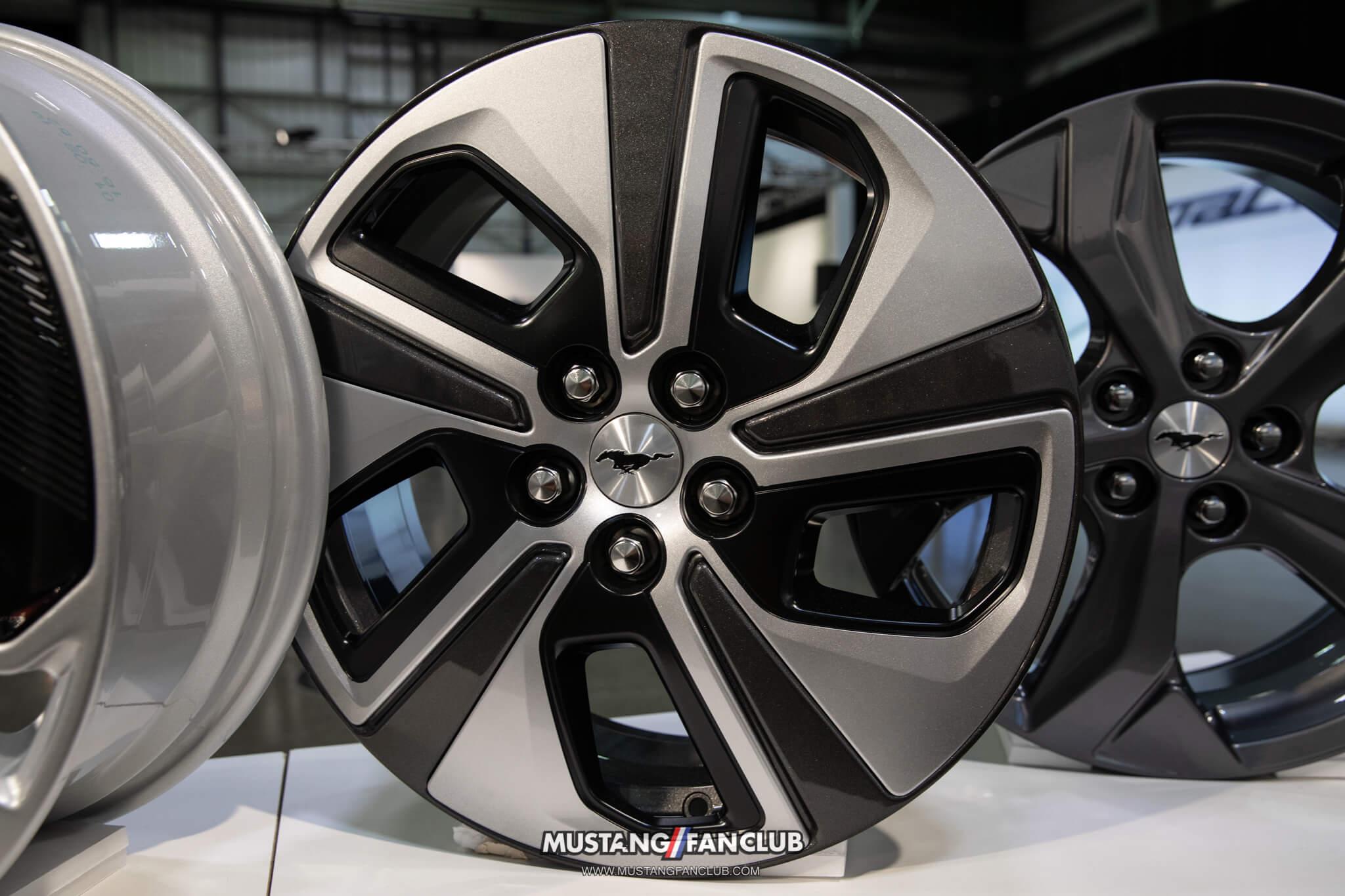 "18"" High Gloss Black Aluminum Wheels w/ Low Gloss Black Aero Cover"
